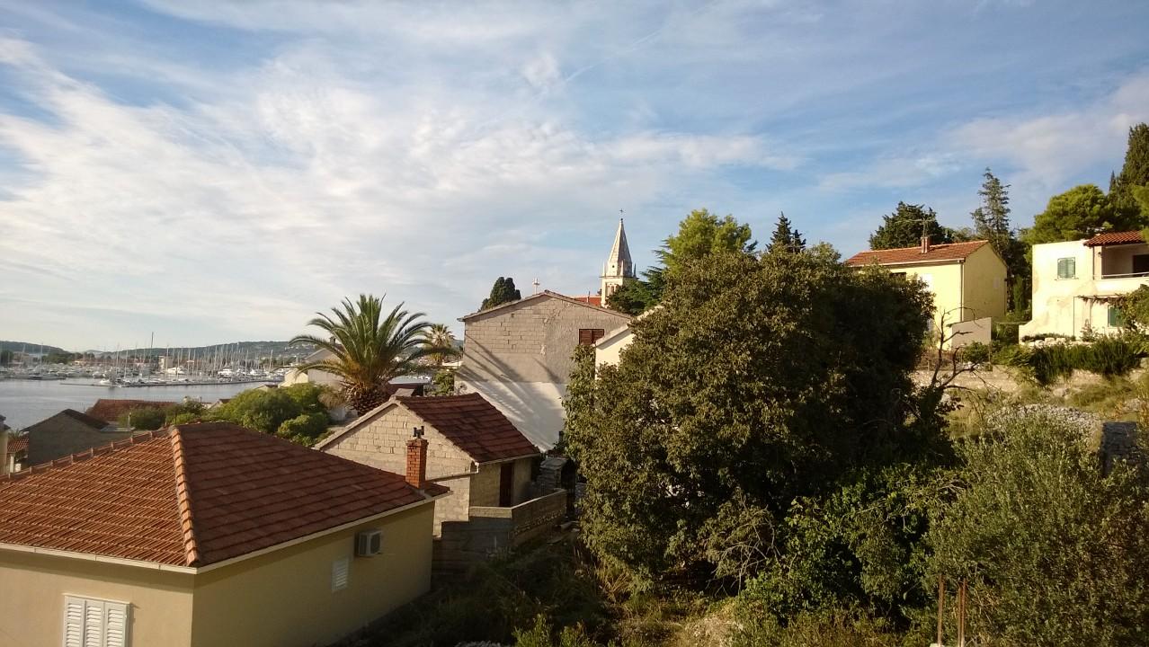 Utsikten fra huset innover mot Marina Frapa, kirken og resten av gamlebyen